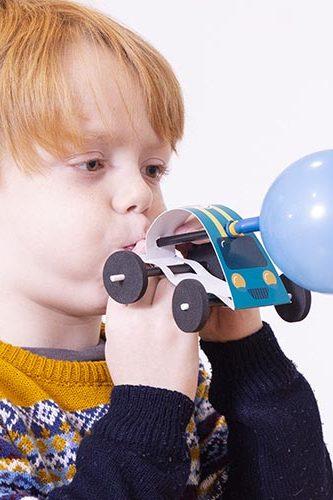 auto de carrera con globo juguete didactico