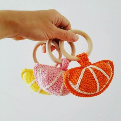 sonajeros de bebe tejidos en forma de fruta